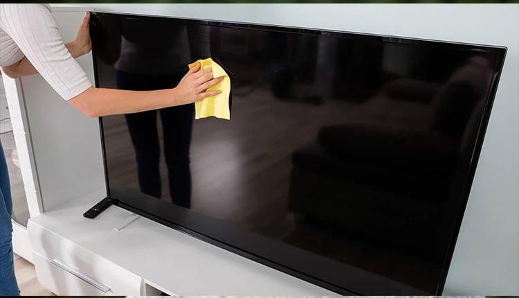 تمیز کردن صفحه نمایشگر تلویزیون (بایدها و نبایدهای خطرناک)